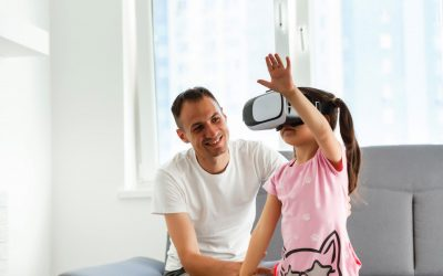 Vader met dochter die een VR bril op heeft